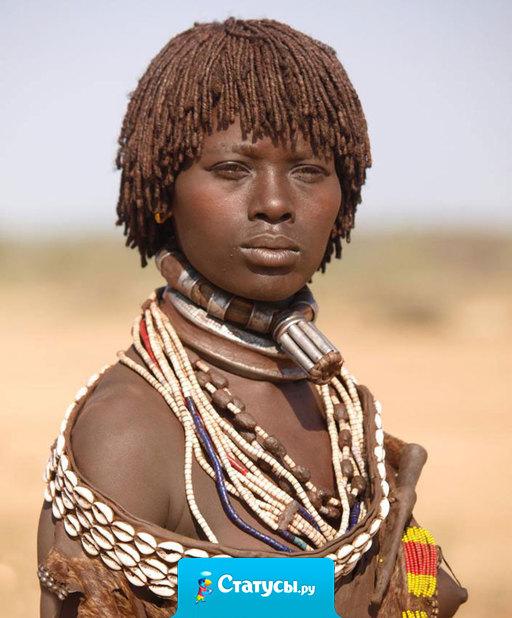 C такой зарплатой как в России,  надо жить в Африке! Трусики, бусики и красавица!