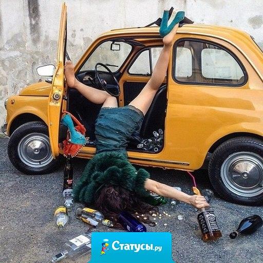 Гаишник тормозит машину, оттуда вываливается в хлам пьяная дама, выплевывает на дорогу конфету и говорит: