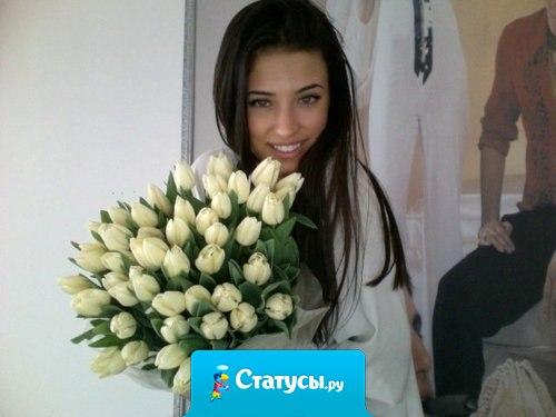 Девушка с букетом цветов в руках выглядит намного красивее, чем с сигаретой