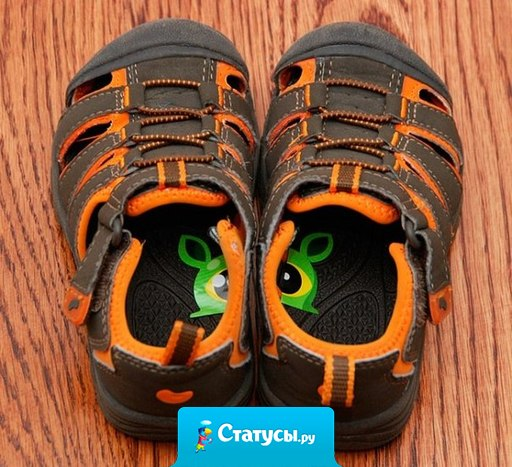 Чтобы дети не путали, какой ботинок правый, а какой — левый, можно разрезать наклейку пополам и приклеить половинки внутри обуви.