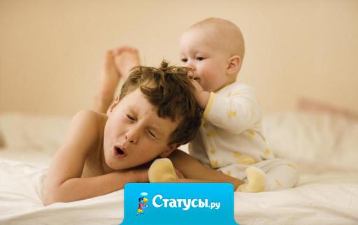Младший брат, когда видит целующихся по телевизору, думает, что парень ест девушку. Надо что-то делать…